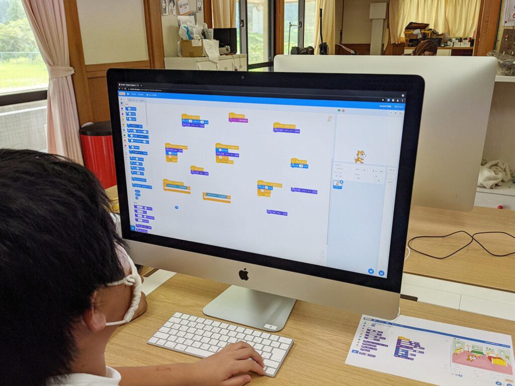 パソコン教室でプログラミング